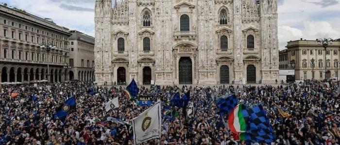 Assembramenti in piazza Duomo per lo scudetto dell'Inter