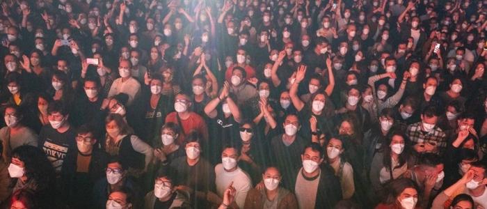 Covid, in 5mila a un concerto rock a Barcellona dopo essere stati sottoposti a un test antigenico