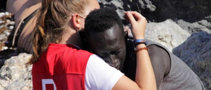 Ceuta: volontaria insultata sui social per aver abbracciato un migrante