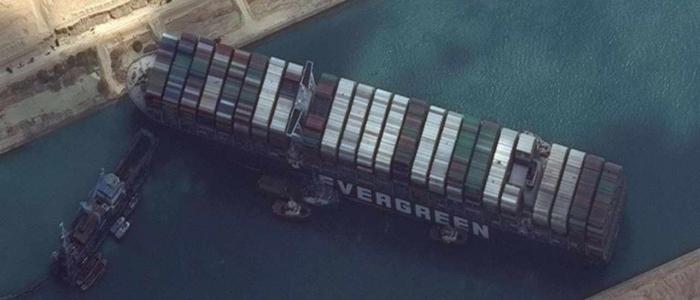 """Suez, arrivati altri due rimorchiatori per liberare la """"Ever Given"""": uno è italiano"""