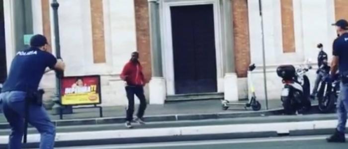 Roma, poliziotto spara per fermare un uomo armato di coltello
