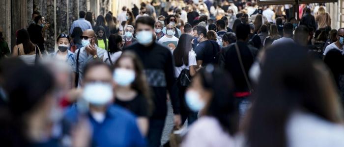 All'aperto senza mascherina, ma gli italiani non sono pronti ad abbandonarla