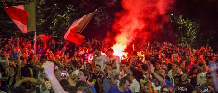 Caos e risse durante i festeggiamenti per la vittoria dell'Italia, a Milano feriti anche gravi