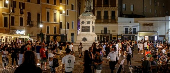 Covid in Italia, nuovi focolai nei luoghi della movida