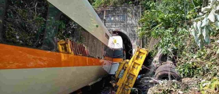 Taiwan, treno deraglia in una galleria: il bilancio è di 40 morti e molti feriti