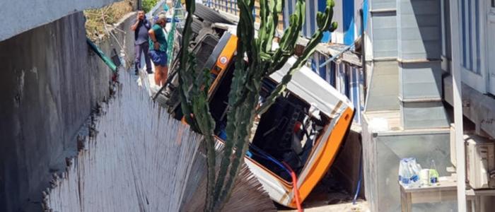 Capri, un minibus esce fuori strada e precipita. Morto il conducente e 28 i feriti