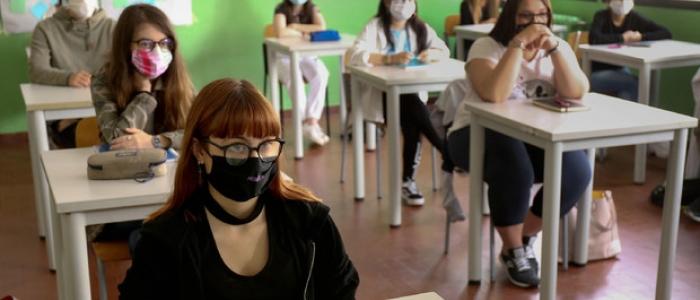 Scuola, ripartire a settembre con l'obbligo di mascherina sopra i 6 anni