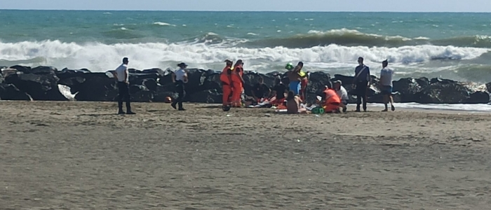Roma, si tuffa in mare per salvare i figli e muore