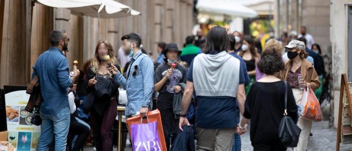 Covid in Italia, scende l'indice Rt ma aumenta ancora l'incidenza