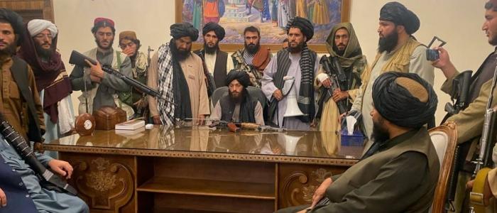 L'Afghanistan è ora un Emirato Islamico nelle mani dei talebani. Il Paese è nel caos totale