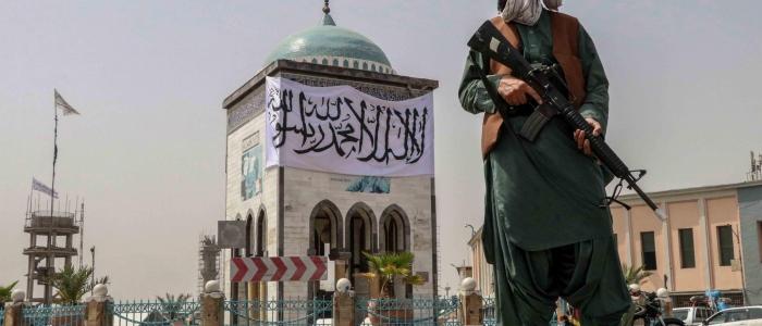Afghanistan, i talebani sparano sulla folla che sventola la bandiera della nazione