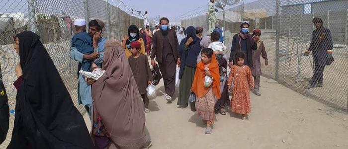 Kabul, donne disperate lanciano i figli oltre il filo spinato dell'aeroporto