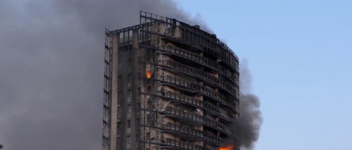 Milano, ancora in fase di spegnimento l'incendio del grattacielo