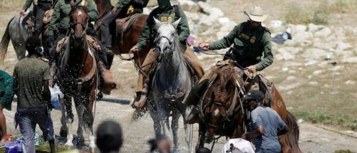 Stati Uniti, immagini shock degli agenti che frustano i migranti al confine con il Messico