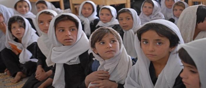 Afghanistan, i talebani promettono che le bambine torneranno a scuola al più presto. Intanto al governo nessuna donna