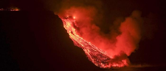 La Palma, la lava del Cumbre Vieja raggiunge l'Oceano