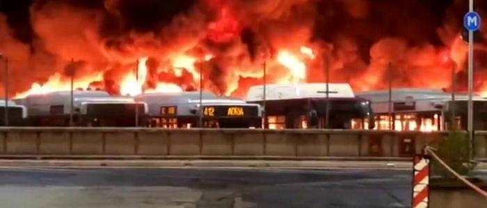 Roma, incendio in un deposito Atac. Bruciati 30 autobus