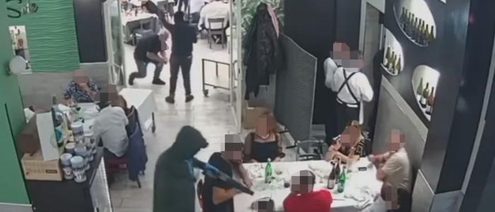 Napoli, rapina in un ristorante. Puntano armi e kalashnikov contro le famiglie